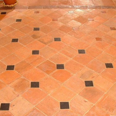Carrelage avec cabochons - antique French terracotta floors
