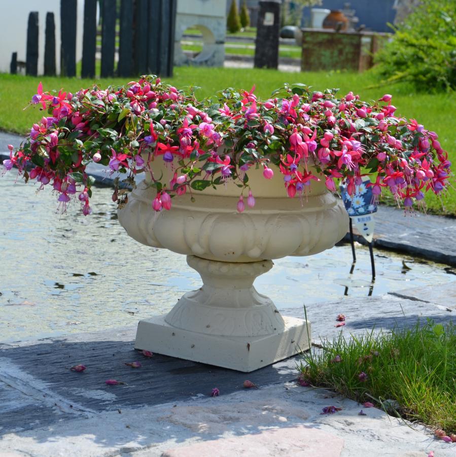 vases en fonte - pair of cast iron vases