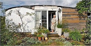1509230349-Above-Elspeth-Thompson-writes-a-weekly-column-for-The-Gurdian-on-her-project-to-transform-the-railway-carriages-into-a-home--1.jpg