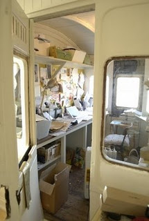 1509230349-Above-there-are-constant-reminders-that-this-a-railway-carriage-they-live-in-which-gives-it-a-mystical-feel--4.jpg