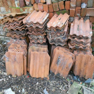 Job lot of roof tiles, decorative bricks and quarry tiles