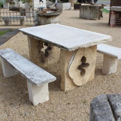 """Table avec pieds """"oeil de boeuf""""+bancs - Stone table & benches"""
