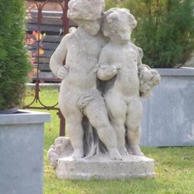 cherubins en pierre / antique stone statue of cherubs