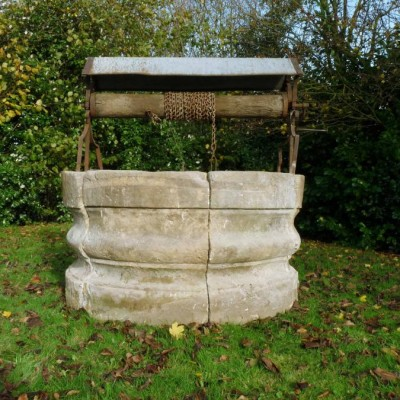 puits Louis XIV en pierre / ancient stone well-head